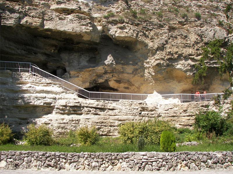 Кельи монастыря Аладжа высечены прямо в известковой отвесной скале